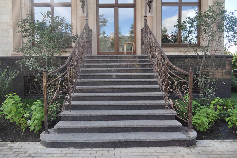 лестницы из гранита различных оттенков